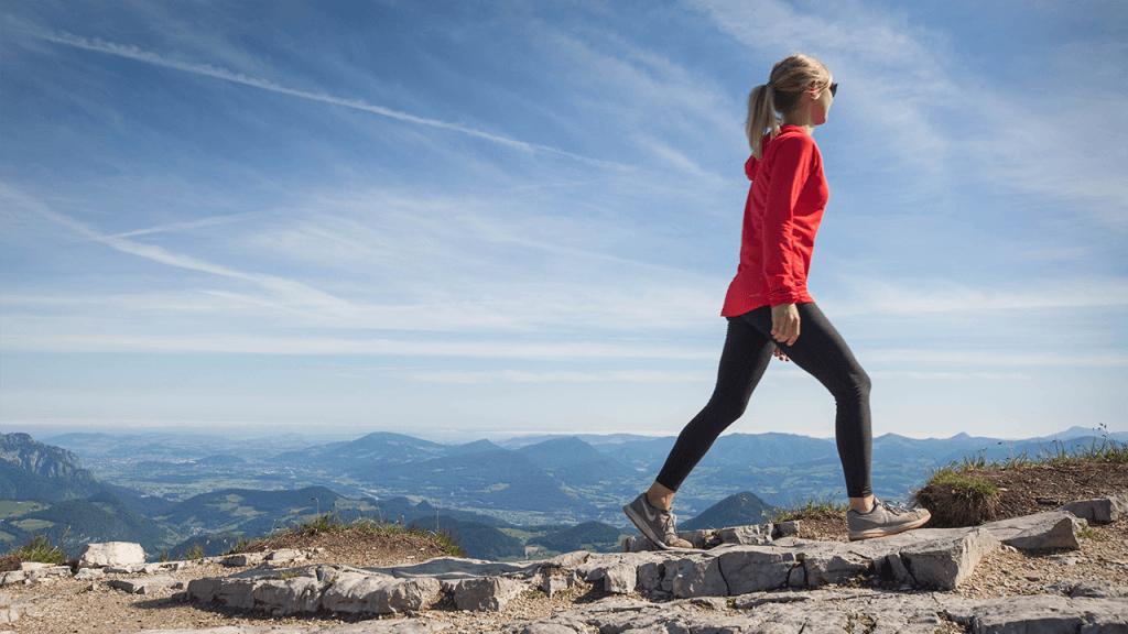 Mädchen auf Wanderung in den Alpen