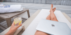 Digitaler Nomade werden - Tiblisi Georgia Rooftop Pool mit Laptop