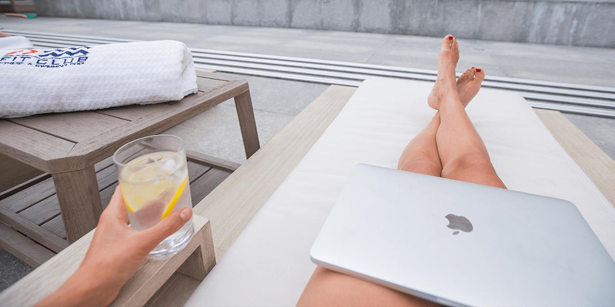 Digitaler Nomade werden - Tiblisi Georgia Rooftop Pool mit Laptop